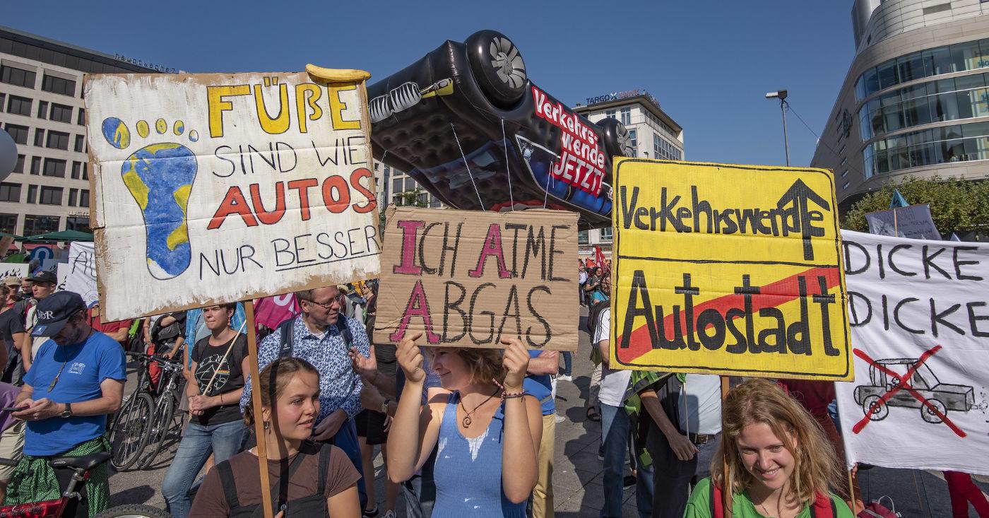 Demonstrierende sind bei einer Demo gegen die Automesse IAA 2019 in Frankfurt zu sehen. 2021 soll die Messe in München stattfinden – und weiterhin werden dort in erster Linie große Autos statt alternativer Beförderungsmittel vorgestellt. Komm auch Du zur Demo am 11. September in München!