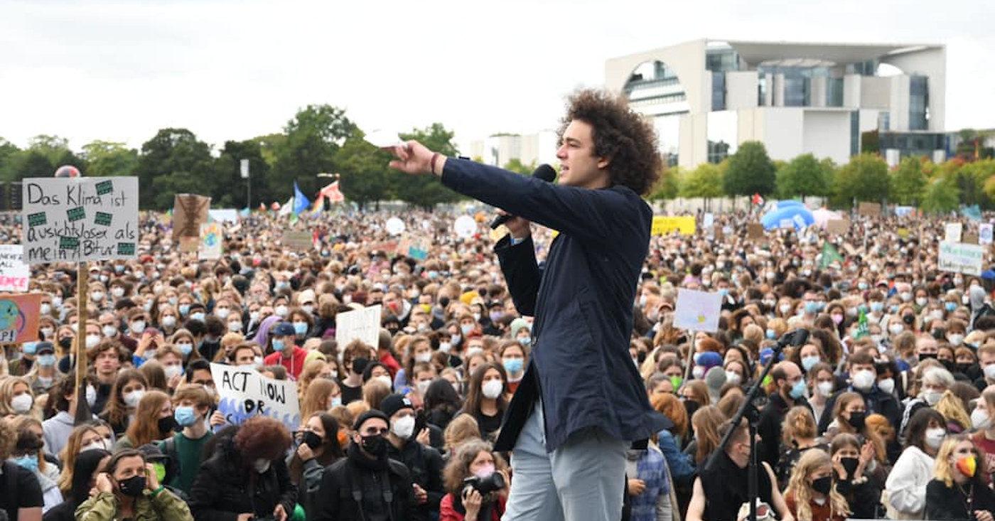 Louis Motaal von Fridays for Future spricht beim Klimastreik in Berlin. Der nächste Zentralstreik am 22. Oktober soll nachdrücklich festhalten: Die kommende Regierung muss das Klima-Thema anpacken!