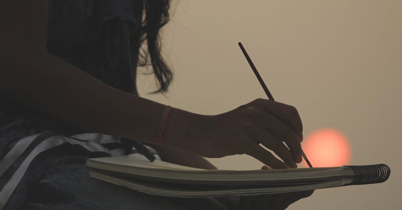 Eine Frau malt im Sonnenuntergang. In Afghanistan werden Kulturschaffende von den Taliban bedroht. Eine WeAct-Petition fordert ihren Schutz. Jetzt unterzeichnen!