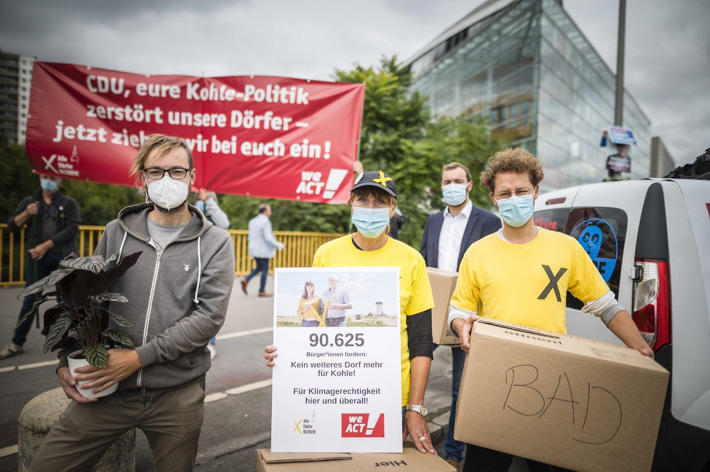 """Marita Dresen und die Initiative """"Alle Dörfer bleiben"""" protestieren vor dem Konrad-Adenauer-Haus in Berlin gegen einen weiteren Braunkohle-Abbau."""