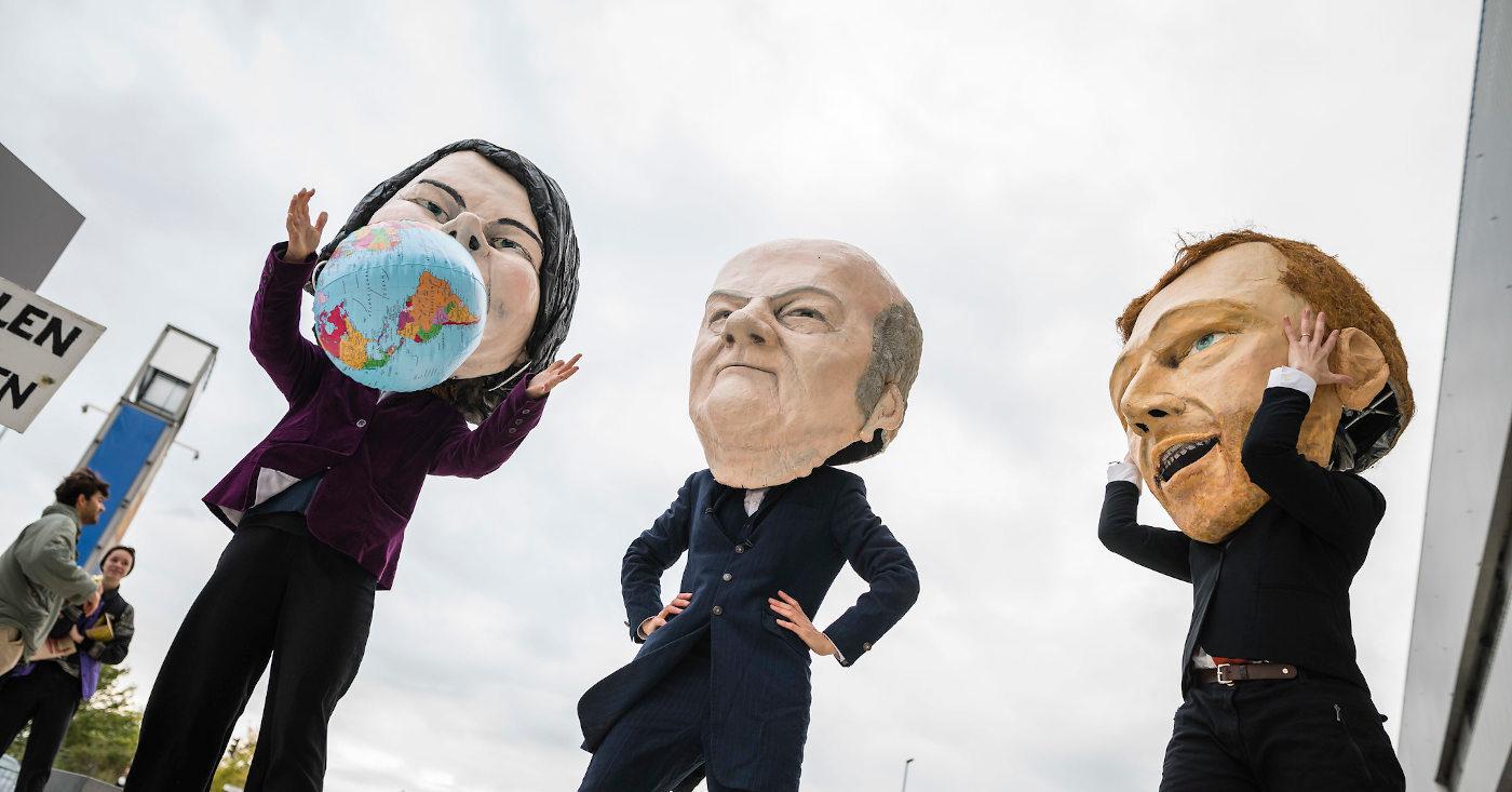 Baerbock, Scholz und Lindner als große Pappmaché-Figuren – so protestierte Campact bei den Sondierungsgesprächen.